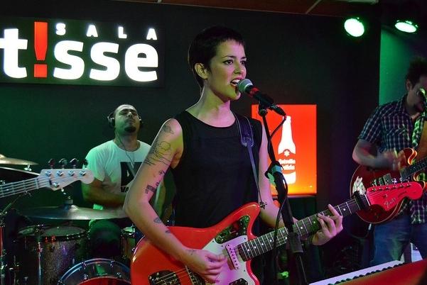 Vega durante el concierto en la Sala Matisse. Fuente: salamatisse.es