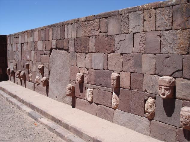 Tiwanaku-stone-wall