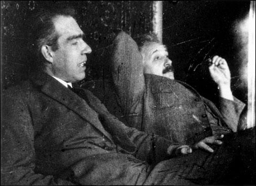 El físico danés Niels Bohr (izquierda) y Albert Einstein (derecha) discuten sobre la mecánica cuántica :: Universidad de Copenhague
