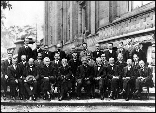 Conferencia Solvay en 1927, donde físicos de todo el mundo discutieron la nueva teoría cuántica. De los 29 participantes , 17 eran o se convirtieron en los ganadores del Premio Nobel ::Universidad de Copenhague
